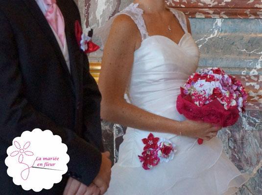 Couple marié avec bouquet, personnalisation de robe et boutonnière La mariée en fleur