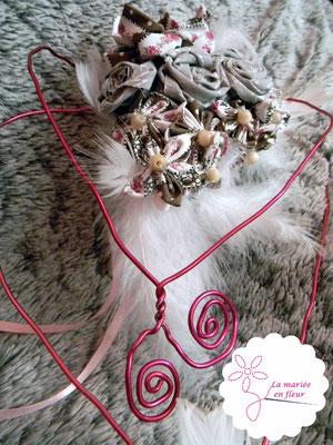 Collection Annabelle. Bouquet de mariée original en fleurs en tissu et plumes. Tons roses et gris. Bouquet coeur cascade