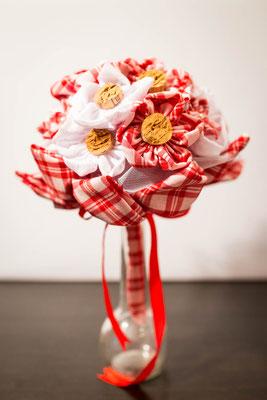 Bouquet de mariée original thème Guinguette par La mariée en fleur. Bouquet en tissu blanc et rouge