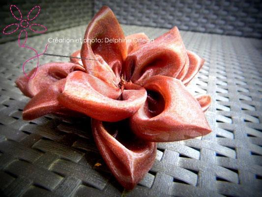 Personnalisation de robe de mariée en organza chocolat. Pétales doublés et coeur en perles de rocaille