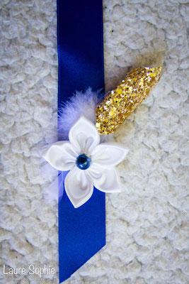 Collection de mariage Justine : accessoires du marié, boutonnière. Fleurs en tissus bleu nuit, ivoire et doré