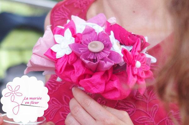 Bouquet de demoiselle d'honneur original et intemporel en fleurs en tissus et origamis rose framboise