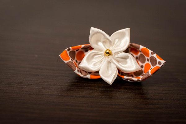 Collection Alice. Boutonnière parrain baptême. Fleur tissu, rose, orange, blanc