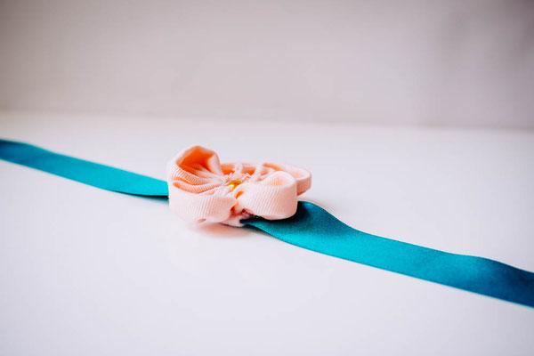 Bracelet cortège mariage, fleurs en tissus bleu canard et pêche par La mariée en fleur