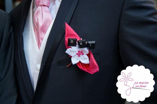 """Collection Delphine. Boutonnière de marié Geek: fleur en tissu, couleur framboise et mot """"Oui"""" en touches de clavier d'ordinateur"""