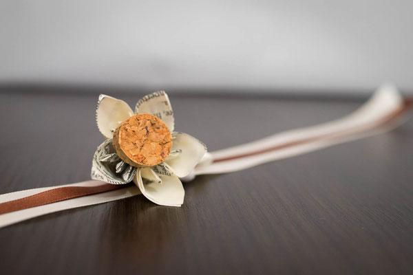 Bracelet fleurs en tissus ivoire et marron. Thème rustique champêtre avec liège par La mariée en fleur