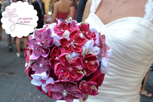 Bouquet de mariée original et intemporel en fleurs en tissus et origamis rose framboise