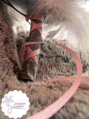 Collection Annabelle. Bouquet de mariée original en fleurs en tissu et plumes. Tons roses et gris. Bouquet coeur cascade, poignée ruban corset