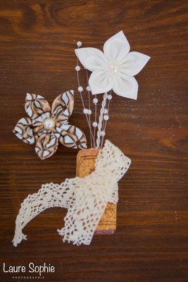 Boutonnière marié en fleurs en tissus ivoire et marron. Thème rustique champêtre avec liège par La mariée en fleur