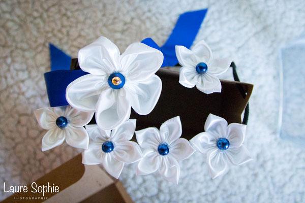 Collection de mariage Justine : accessoires de la mariée, épingles à chignon et bracelet. Fleurs en tissus bleu nuit, ivoire et doré