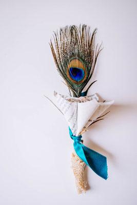 Boutonnière marié origami et plume de paon, fleurs en tissus bleu canard et pêche par La mariée en fleur