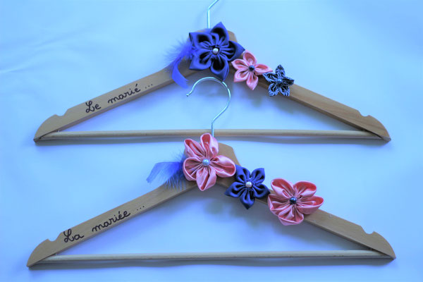 Cintre personnalisé avec fleurs en tissu rose et bleu saphir pour tenues de cérémonie