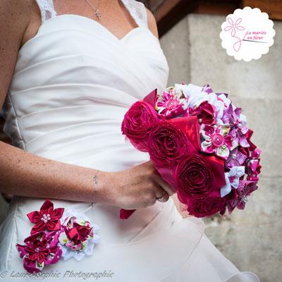 Personnalisation de robe de mariée et bouquet original et intemporel assorti en fleurs en tissus et origamis framboise