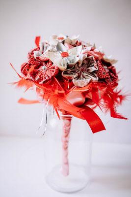 Mariage thème japon avec origami et fleurs en tissus, rouge, blanc et rose. Bouquet de mariée original et éternel par La mariée en fleur