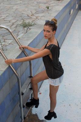 Rhodos Trash Tour/ Model Karo und Anna/ Photo Anna Grünauer/ verlassener Pool