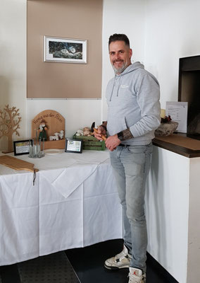 """Im Frühstücksraum von Hotel Peterchens Mondfahrt - Wasserkuppe, freute sich Hotelchef Boris Kiauka über die neue Ölfarb-Monotypie """" Milseburg""""  und legte selbst Hand an, um sie gut zu präsentieren."""