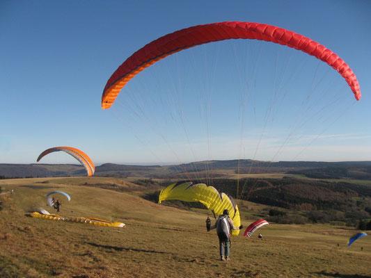 34.)  Paragliding - Rhönluft unterm Drachenflügel