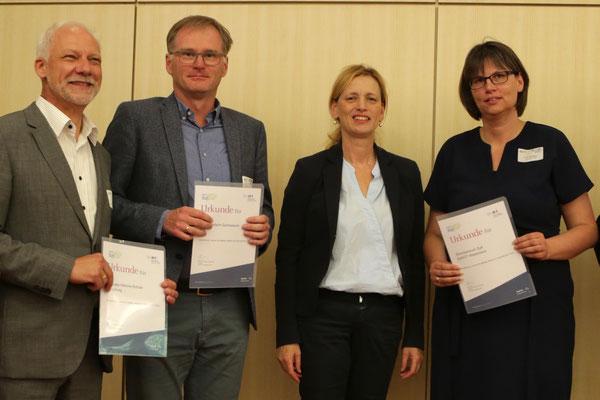 Herr Eckert und Ministerin Prien im Kreis weiterer gymnasialer Preisträger (aus Kiel und Westerland)