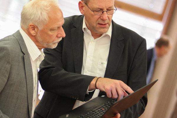 IQSH-IT-Berater Thore-Olaf Kühn gibt Herrn Eckert Tipps zum Einsatz digitaler Medien.
