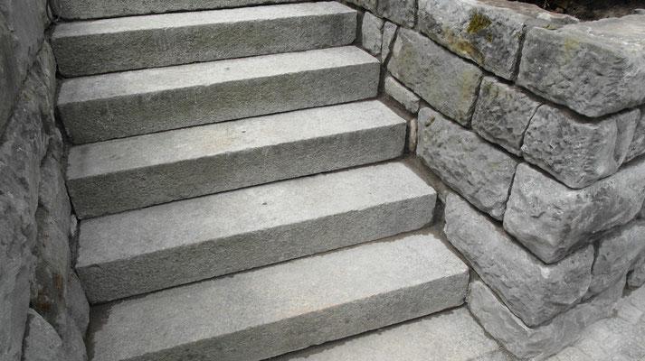 Umgebungsarbeiten, Natursteintreppe versetzen