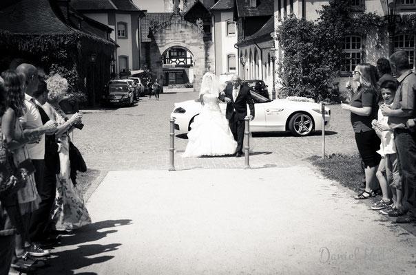 Braut wird von Brautvater zur Trauung geführt / Daniel Keller Fotografie