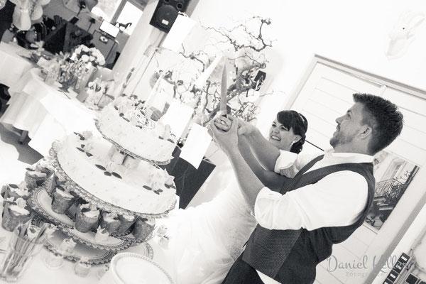 Anschnitt der Hochzeitstorte Genuss-Fabrik Baden-Baden