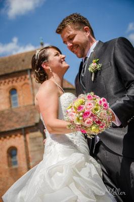Hochzeitsfoto Brautpaar mit Strauß Münster Schwarzach Rheinmünster / Daniel Keller Fotografie