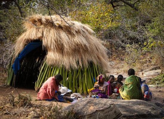 Les femmes Hadzabé et leurs enfants
