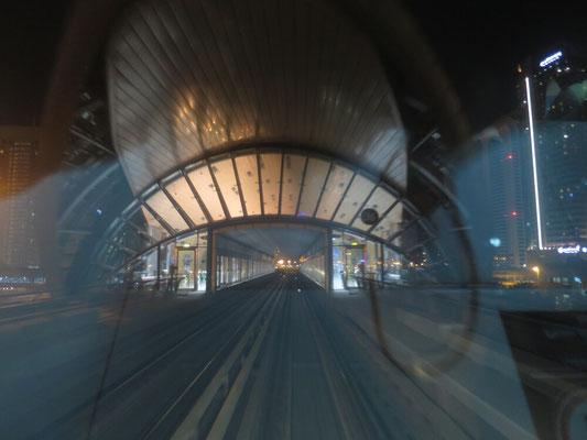 Einfahrt in einen Metro Bahnhof
