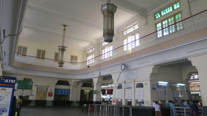 Im Hauptbahnhof uralte Leuchten.