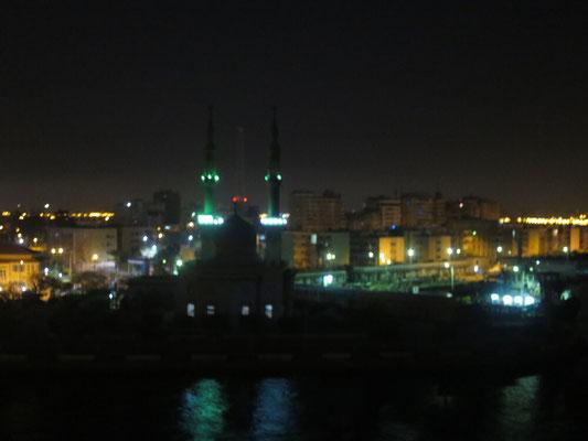 Wir fahren schon morgens früh los und passieren die Stadt Suez.