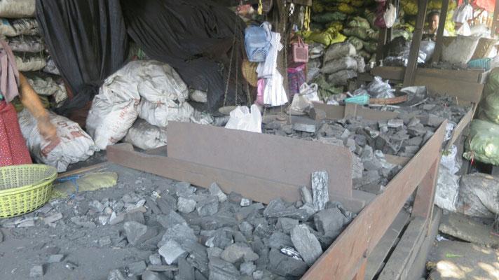An einigen Ständen wird Holzkohle angeboten.