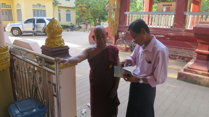 Der Mönch erklärt Thet die Bedeutung des Klosters.