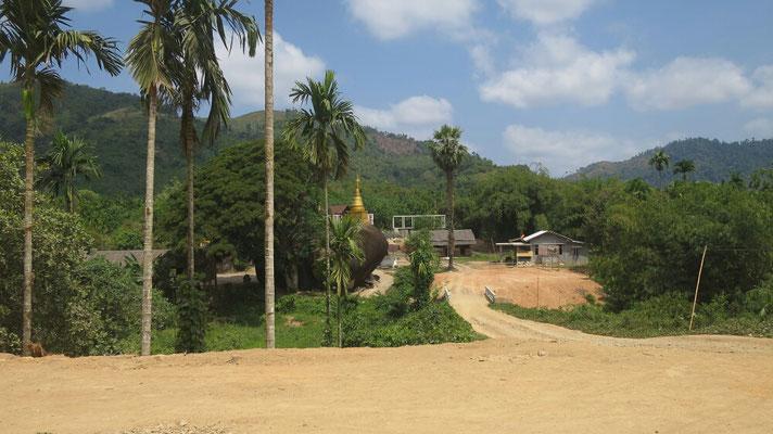 """Auf einer Teilstrecke wurde eine breite Straße angelegt, noch nicht fertig, aber auch kaum zu gebrauchen da es nur zu dem kleinen Dorf """"Ta Kuu"""" geht."""