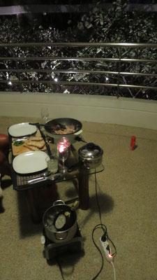 Abendessen auf dem Balkon. Garnelen im Wok und dazu die letzte Flasche Frankenwein.