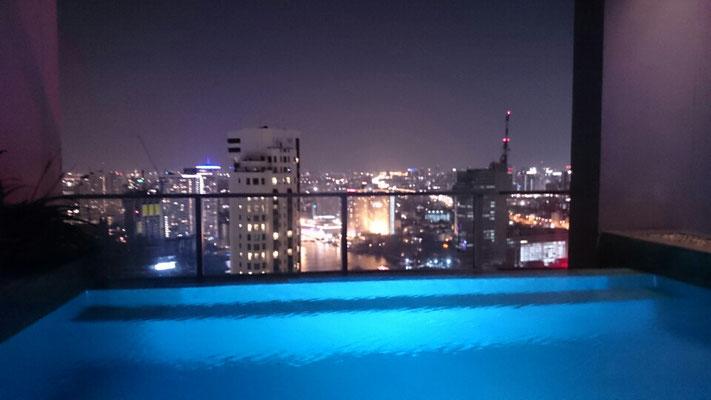 Der Pool im 42. Stock.