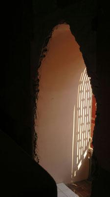 Hinter dem Altar ist eine Öffnung, damit man nach draußen beten kann.