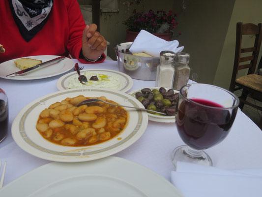 Dicke Bohnen, Oliven und Rotwein, so können wir gestärkt, durch die Straßen von Athen schlendern.