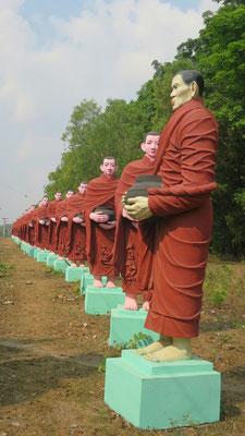 Am Eingang zum liegenden Buddha, stehen viele Mönche aufgereiht.