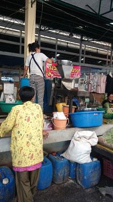 Die Kokosnüsse werden gemahlen und den Saft bekommt man dann in einer Plastiktüte mit.