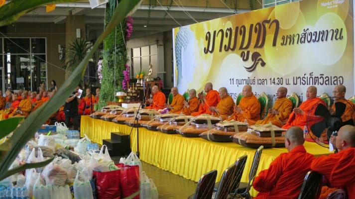 Viele Geschenke werden vor den Mönchen abgeladen.