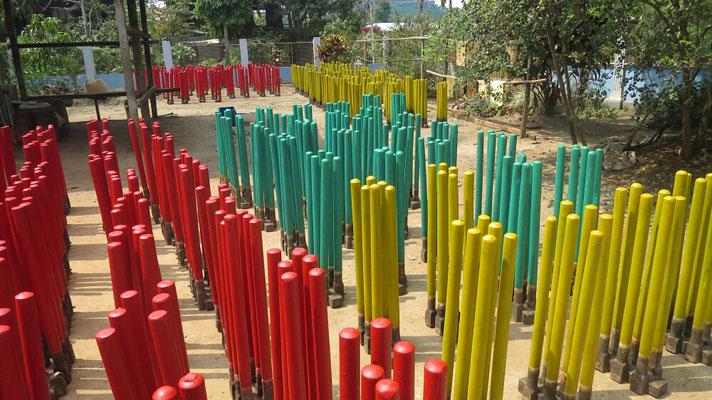Die Gummibandringfabrik: Metallstecken werden in flüssiges, gefärbtes Gummi getaucht und getrocknet.