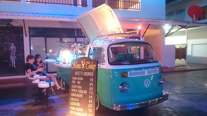 Am Abend gibt es noch einen Cocktail bei VW-Bus. Sehr lecker und nur 69 Bath.