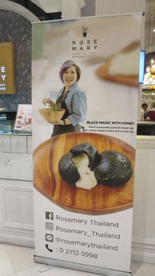 Schwarze (Calamaritinte) Teigknödel gefüllt mit Käse lauwarm serviert, mit einem Glas Wein.