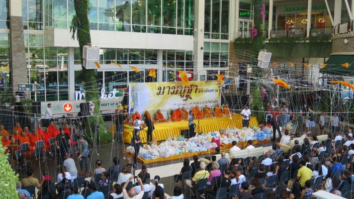 Die Zusammenkunft findet vor dem Einkaufszentrum statt.