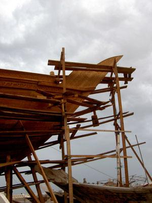 2005 wird die Dhau in Sur im Oman gebaut.