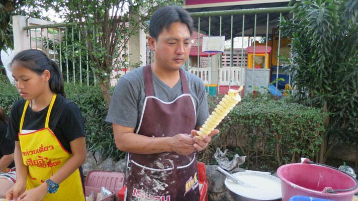 Kartoffeln aufgespießt und dann im Öl knusprig gebacken, sehr lecker.