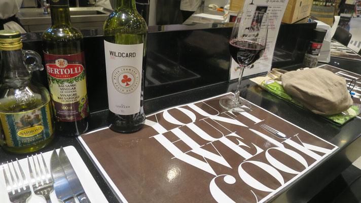 """Für den Wein """"Wildcard Shiraz von Peter Lehmann aus Australien"""" muss man hier in Thailand 700 Bath bezahlen. Das doppelte wie in Deutschland. Die Steuern auf Wein sind hier sehr hoch."""