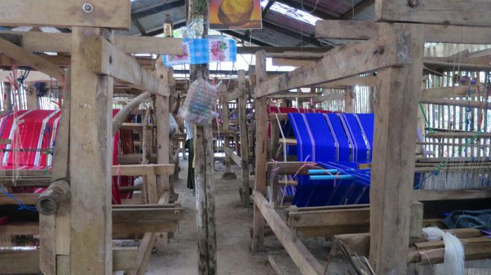 Die Herstellung eines Longin dauert ca. 2 Tage.  Für einen Longin bekommen die Frauen 6000 Kyat.