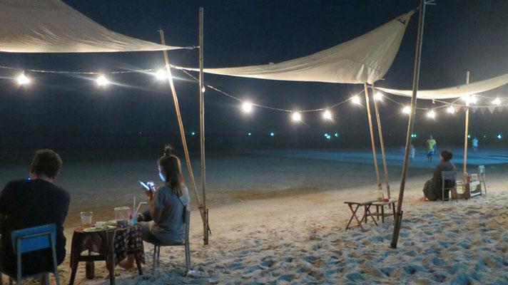 Auch am Strand kann man noch einen Cocktail genießen.